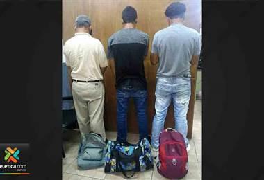 Detienen a tres sospechosos de robar maletines en buses