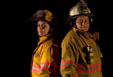 Ellas no sólo luchan contra el fuego y salvan vidas… también tienen que abrirse espacio en un mundo lleno de estereotipos.