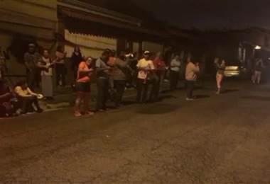 Varias personas se manifiestan frente a la casa de la presidenta de la Asamblea Legislativa