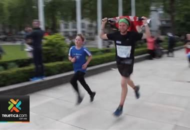 Atleta con diabetes tipo 1 y que completó 25 maratones en 30 días visitó escuelas costarricenses