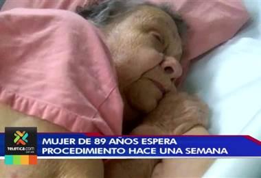 Adulta mayor espera desde hace semana una operación de corazón en el hospital México
