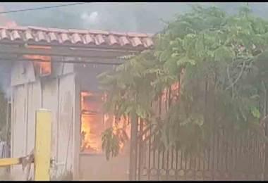 Incendio consume casa en Escazú