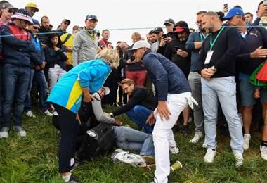 Una espectadora herida por el golpe de una bola en la Ryder Cup  AFP.