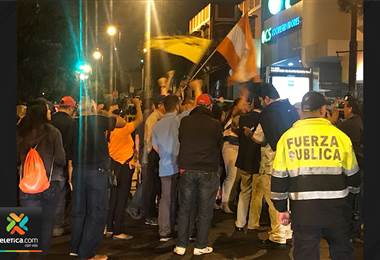 Grupos antimotines custodiaron la salida de los diputados ante presencia de sindicalistas