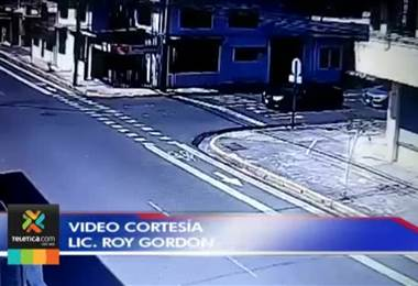Demarcación y semáforo intermitente no logran frenar choques en esquina de Barrio Don Bosco