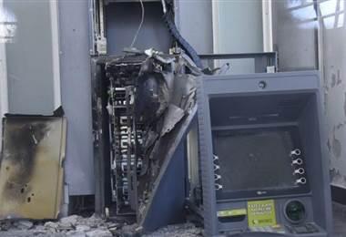 Delincuentes hacen explotar un cajero automático en Uruguay.