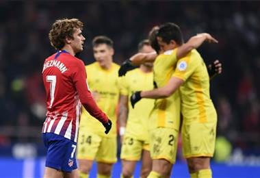 Jugadores del Girona celebran ante la mirada de Antoine Griezmann.