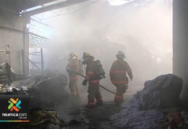 Quema de charral provocó un incendio en una recicladora de Los Guido en Desamparados