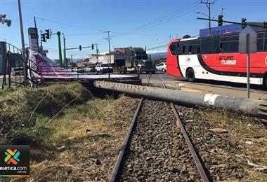 Fuertes vientos provocaron caída de rótulo sobre vía férrea en Heredia
