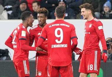 Leon Goretzka (derecha) celebra con sus jugadores del Bayern Munich.|AFP