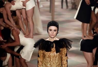 La directora artística de Dior, la italiana Maria Grazia Chiuri, invitó el lunes en París al circo