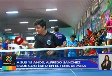 Alfredo Sánchez fue becado en Inglaterra gracias a su talento en el tenis de mesa