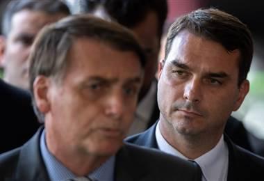 Jair y Flávio Bolsonaro. AFP.