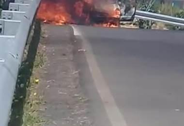 Vehículo se alzó en llamas en la Zona de los Santos.