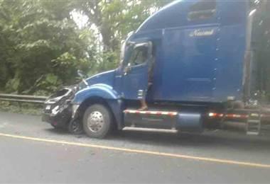 Aparatoso choque entre carro liviano y tráiler deja un muerto en ruta 32