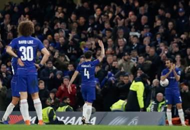 Cesc Fabregas se despide de los fanáticos del Chelsea.|AFP