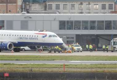 Activista de cambio climático encima del avión de British Airways