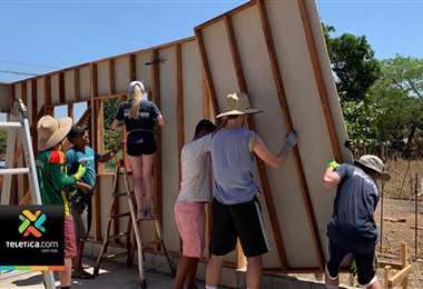 Fundación construye casas de bien social a partir de plástico reciclado