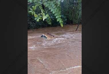 Vehículo arrastrado por el río en Guanacaste