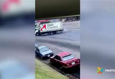 Video: Choque entre camión y carro dejó a conductor herido