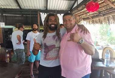 El surfista Gilbert Brown y el diputado Melvin Núñez celebran en Playa Hermosa