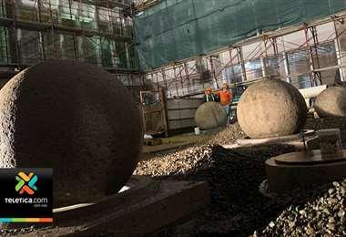 Instalan cuatro esferas precolombinas en nuevo edificio del Congreso