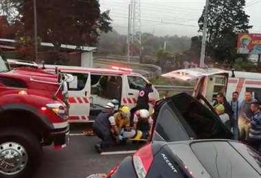 Cuerpo de Bomberos y Cruz Roja en el lugar del accidente