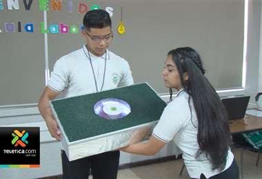 Estudiantes lanzan prototipo de baldosas que generan electricidad cuando se camina sobre ellas