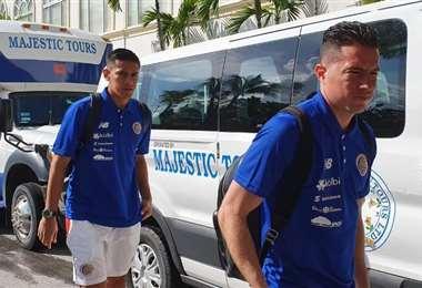 Bryan Oviedo y Óscar Duarte en la legada de la Selección Nacional a Bahamas | CHRISTIAN SANDOVAL