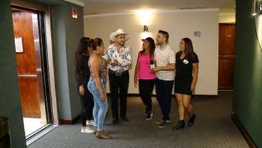 Jecsinior Jara graba video con sus 'doñas Juanas'