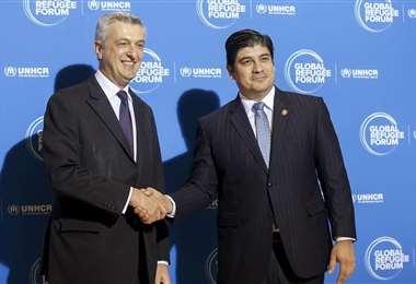 El italiano Filippo Grandi (L), Alto Comisionado de las Naciones Unidas para los Refugiados, da la bienvenida al Presidente de Costa Rica, Carlos Alvarado Quesada (R) antes de la apertura del Foro Global de Refugiados del Alto Comisionado de las Naciones Unidas (ACNUR). // Foto: EFE
