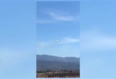 Turbina de avión comercial explota tras despegar del Juan Santamaría