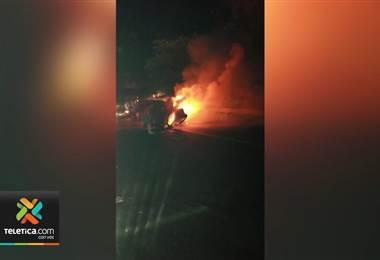 Dos vehículos colisionaron y del impacto uno de los carros se incendió en la ruta 32