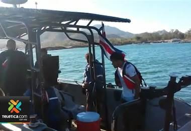 Guardacostas rescataron a 4 pescadores que viajaban en una lancha que se hundió en el Pacífico
