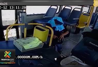 Delincuente aprovechó ventana abierta de autobús para robar dinero en San Cayetano