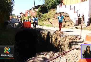 Enorme caño pone en peligro la vida de los vecinos de calle Montenegro en Fraijanes de   Alajuela.