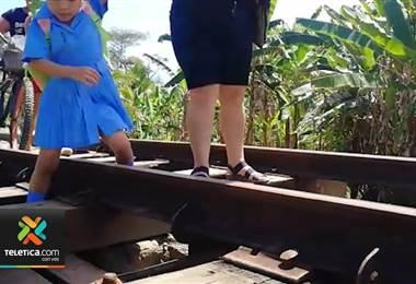 Niños arriesgan sus vidas para poder ir a la escuela en Batán de Limón