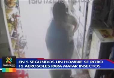 Cinco segundos bastaron para que hombre robara 12 aerosoles en supermercado en Alajuela