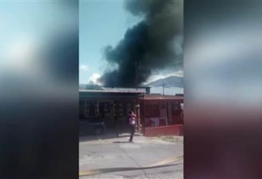 Fuego consume tres viviendas en Desamparado