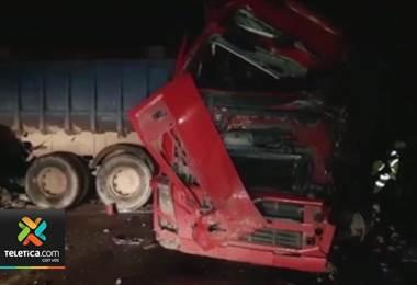 24 personas murieron en Bolivia tras un choque entre un bus y un camión