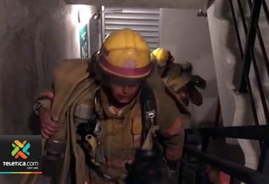 Grupo de Bomberos se capacita para atender incendios en estructuras como torres residenciales.
