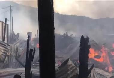 Incendio consume viviendas en Precario de Alajuelita