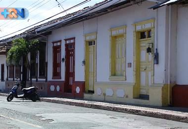 n nuestro recorrido por las casas con historia de Liberia encontramos la Calle Real. El nombre proviene desde la colonia y desde acá se tomaban las decisiones más trascendentales para la provincia. Desde la Gobernación hasta las casas más antiguas.
