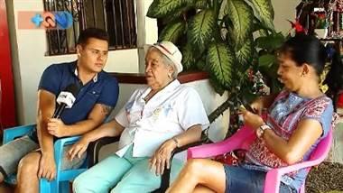 Pocas cosas logran poner nerviosa a doña Heriberta Mora Vargas, una carismática liberiana de 81 años acostumbrada a la fama por su buena cuchara, su delicioso vigorón y su amabilidad. Las cámaras y los micrófonos la cohíben un poco pero aun así no dudó en compartirnos cuál ha sido el secreto de su vigorón y sus 4 décadas de deleitar a los vecinos de la ciudad blanca.   Cada tarde a partir de las 6pm y hasta las 11pm, la tranquilidad de su hogar se irrumpe por antojados comensales que llegan en busca del famoso platillo. Ella asegura que su trabajo le da vida, compartir con otros le hace feliz, y un dinerito de más nunca cae mal a la economía del hogar.   Repase esta historia completa en el vídeo adjunto.