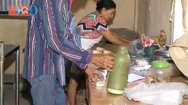 """Doña Segunda vive en el pueblo """"El Gallo"""", lugar donde prepara platillos guanacastecos que luego sale a vender en bicicleta para poder sacar adelante a la familia. Ya supera los 60 años y fue en un momento de crisis cuando decidió emprender su propio negocio. Ya son más de 30 años de llevar su sabor a los vecinos de Liberia.     ¿Desea contactarla? Tel: 8480-1614"""