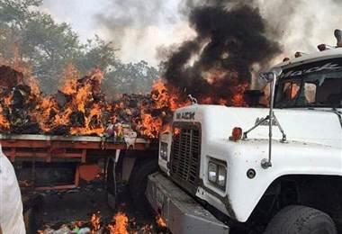 Dos camiones con ayuda son quemados