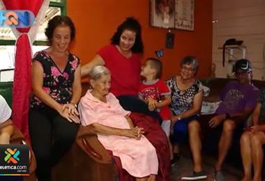 Mientras doña Tere tiene 97 años y es la vecina de mayor edad del pueblo, Tina y Bernarda son las que más humor le ponen al pueblo, ambas son hijas de la abuelita más popular de San Rafael de San Ramón de Alajuela.     En el reportajes conoceremos la historia de la familia Montero Durán, la cual supera las 100 personas.