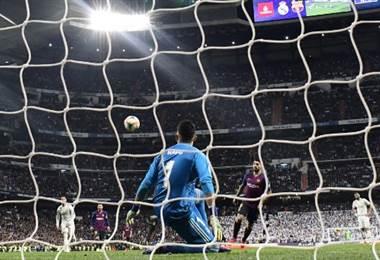 Luis Suárez del Barcelona define por encima del portero Keylor Navas del Real Madrid. AFP