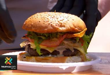 Una familia de emprendedores combina dos sabores para crear la hamburguesa con salsa de café