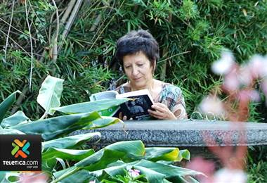"""Escritora Lola Pereira presentará este jueves el libro: """"Mensajeros del futuro"""""""